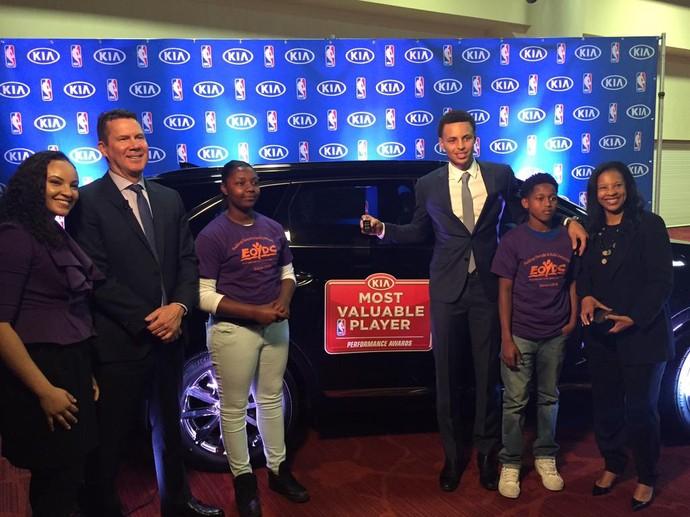 Stephen recebe carro como prêmio e faz doação a centro de jovens em East Oakland (Foto: Reprodução/Twitter)