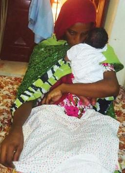Meriam Yahia Ibrahim Ishag com seu filho, nascido em prisão sudanesa no dia 28 de maio (Foto: AFP)