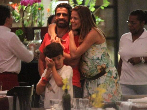 Nivea Stelmann passeia com a família no shopping (Foto: Marcos Ferreira / FotoRioNews)