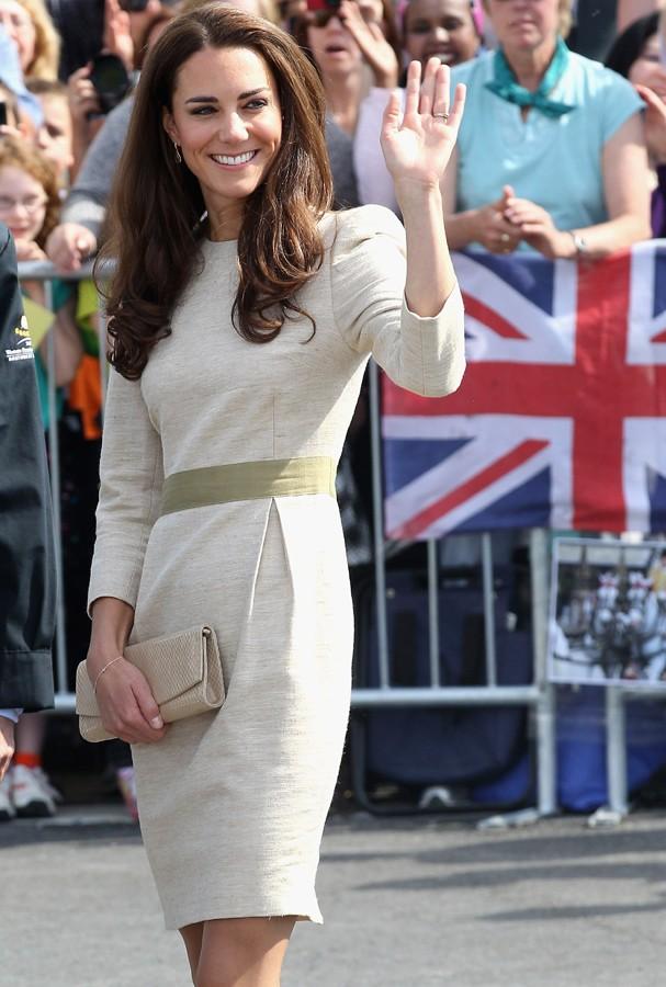 Alerta vestido fora da curva: dá pra fugir do branco e usar um bege mais clarinho na cerimônia do cartório, viu!? (Foto: Getty Images)