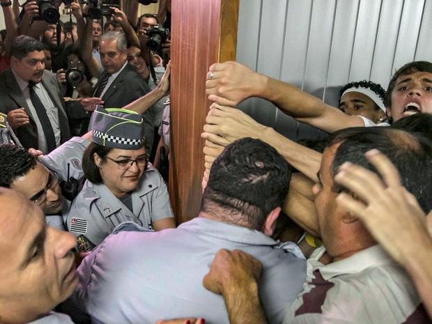 Polícia Militar obstruí a entrada de estudantes durante mobilização, na Assembleia Legislativa Paulista, em São Paulo (SP), nesta terça-feira (23) (Foto: André Lucas Almeida/Futura Press/Estadão Conteúdo)