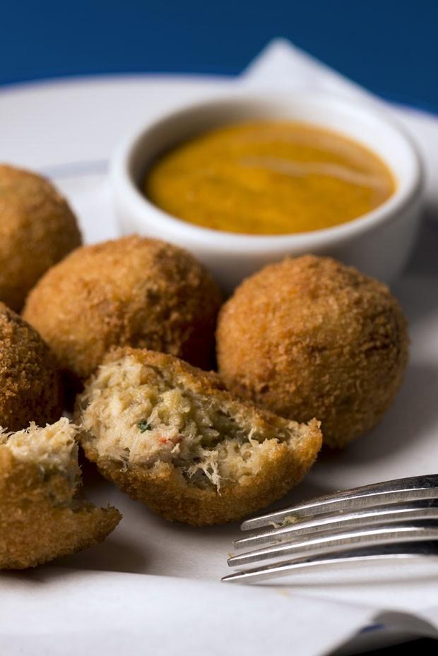 Para petiscar: receita de bolinho de siri com maionese de curry