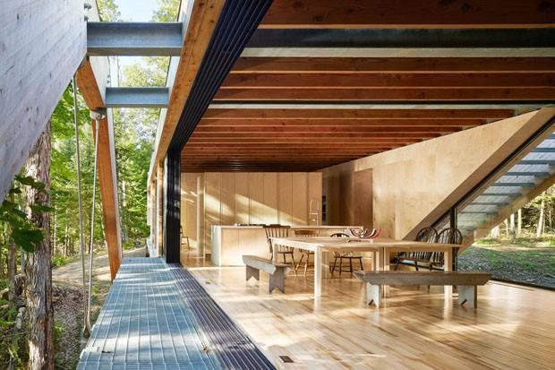 Casa é construída sobre vale no meio de floresta (Foto: Divulgação)