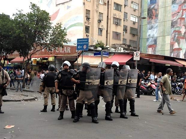Grupo de policiais chega ao mercado popular da Uruguaiana, no Centro do Rio, na tarde desta sexta (14) (Foto: Susan Vidinhas/G1)