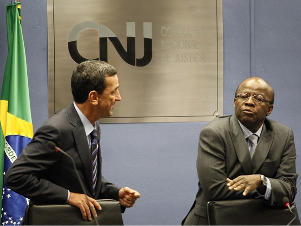 O presidente do STF, ministro Joaquim Barbosa, durante sessão do CNJ, ao lado do corregedor do órgão, Francisco Falcão (Foto: Luiz Silveira/ Agência CNJ)