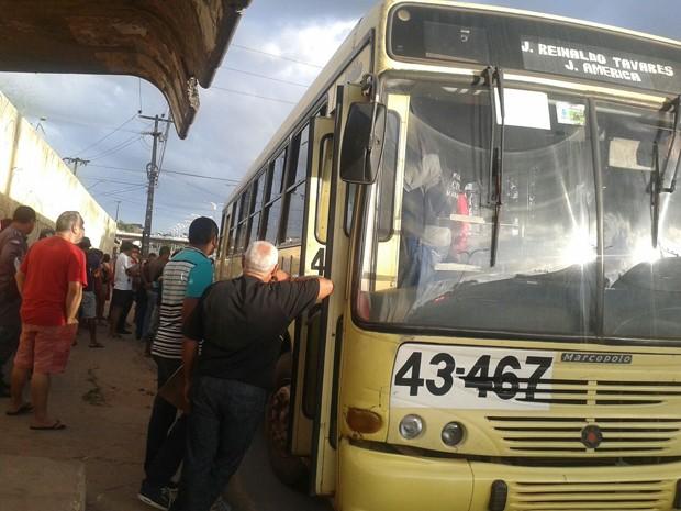 Passageiro reage a assalto a coletivo e mata um dos ladrões em São Luís (Foto: Suleima Neves/ Tv Mirante)