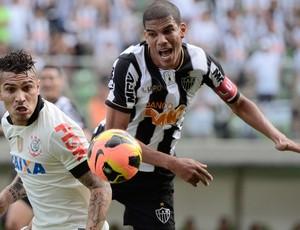 Guerrero e Leonardo Silva Corinthians x Atlético-MG (Foto: Pedro Vilela / Ag. Estado)