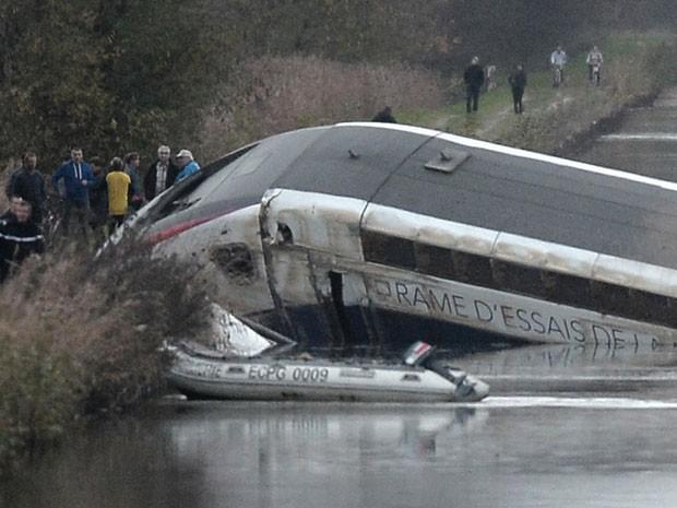 Trem de alta velocidade da TVG descarrila neste sábado (14) (Foto: AFP)
