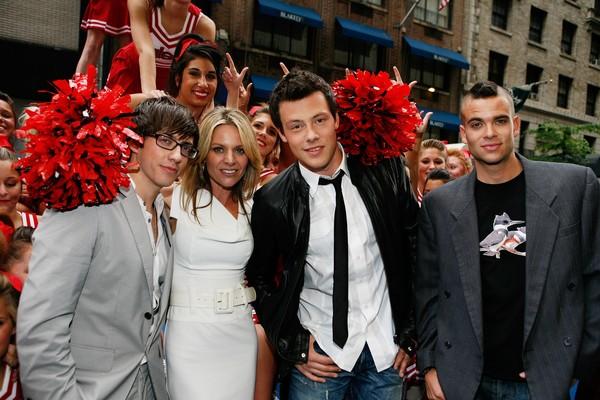 O ator Mark Salling junto com colegas da série Glee - incluindo o ator Cory Monteith, morto em 2013 (Foto: Getty Images)