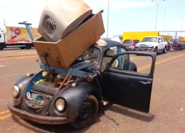Motorista é autuado por transportar geladeira em Fusca na BR-060, em Rio Verde, Goiás (Foto: Divulgação/PRF)