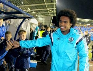 Willian chelsea atende os torcedores do Shrewsbury (Foto: Reprodução / Twitter)