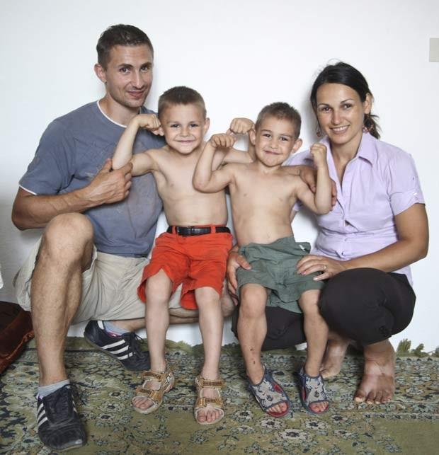 G1 meninos hrcules aparecem ainda mais musculosos e celebram a partir da esquerda iulian giuliano claudiu e ileana stroe foto altavistaventures Images