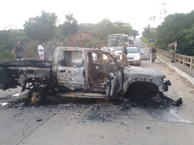 Carro foi incendiado na PE-60, que dá acesso ao município, para dificultar chegada da polícia (Foto: Reprodução/Whatsapp)