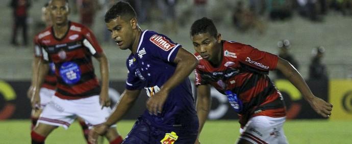 Alisson Cruzeiro na partida contra o Campinense (Foto: Leonardo Silva / Light Press)