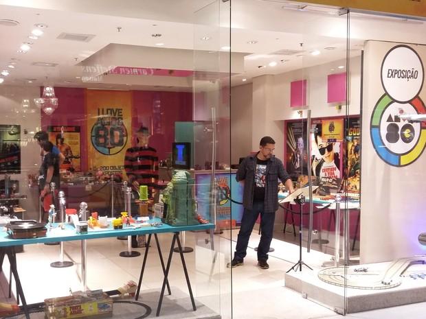 A exposição 'Máquina pop' traz ao público itens dos anos 80 (Foto: Leonardo Medeiros/G1)