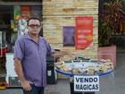 'Vendedor de mágica' atrai público curioso em praia de João Pessoa