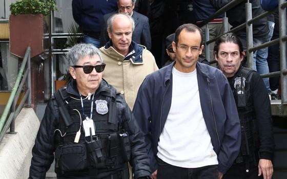 Otávio Marques de Azevedo e Marcelo Odebrecht no IML para realização de exame de corpo de delito, em Curitiba, Paraná, no sábado (20) (Foto: Geraldo Bubniak / Parceiro / Agência O Globo)