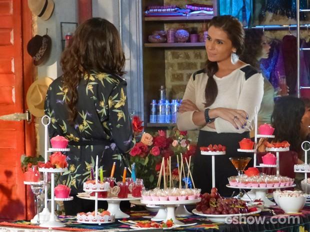 Clara pergunta à Marina se ela nunca pensou em ser mãe (Foto: Em Família/ TV Globo)