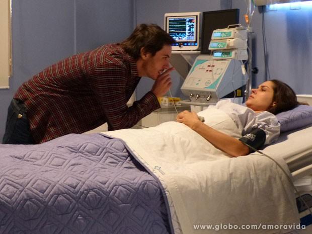 Thales diz que é castigo e ela o culpa por tudo (Foto: Amor à Vida/TV Globo)
