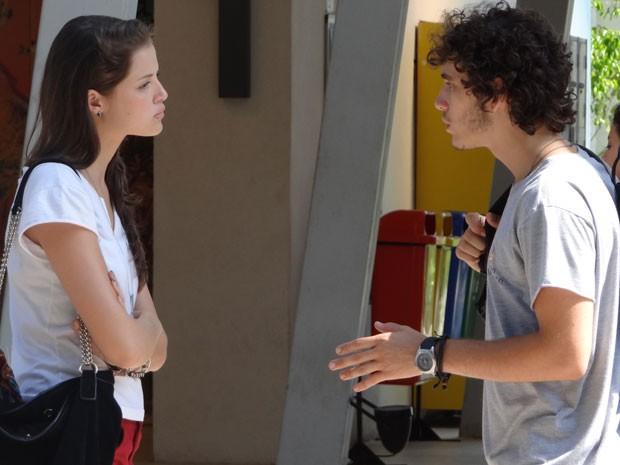 Ju encontra Dinho na porta do Quadrante e dá uma dura no ex-namorado (Foto: Malhação / Tv Globo)