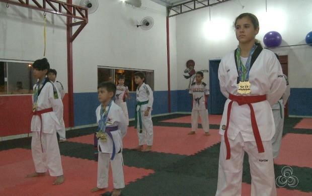 Equipe composta por nove lutadores financiou viagem vendendo trufas nas ruas de Rio Branco (Foto: Globo Esporte Acre)
