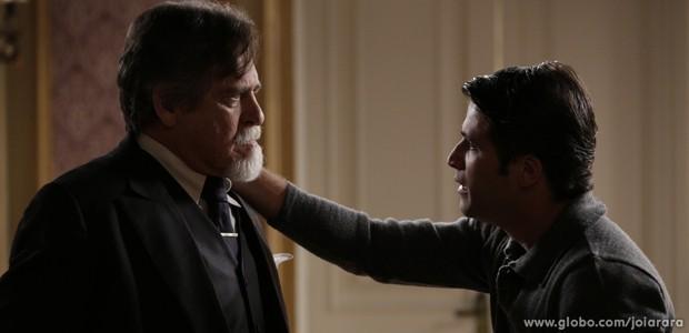 Franz e Ernest se encontram às escondidas em quarto de hotel (Foto: Fábio Rocha/TV Globo)