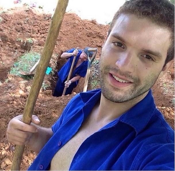 Isaac em momento de trabalho no cemitério (Foto: Reprodução/Instagram)
