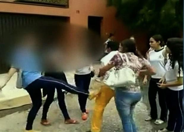 Pai filmado agredindo alunas diz que filha era ameaçada na escola, em Anápolis (Foto: Reprodução/TV Anhanguera)