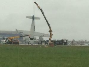 Guindaste foi usado para remover avião (Foto: Arquivo Pessoal)