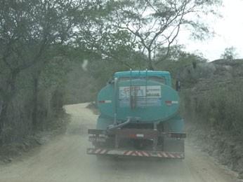 Carro-pipa em Bezerros. (Foto: Luna Markman/ G1)