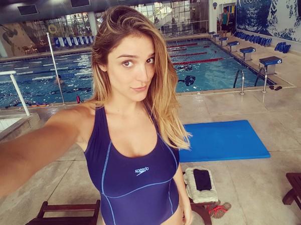 Grávida de 5 meses, Rafa Brites pratica natação (Foto: Reprodução / Instagram)