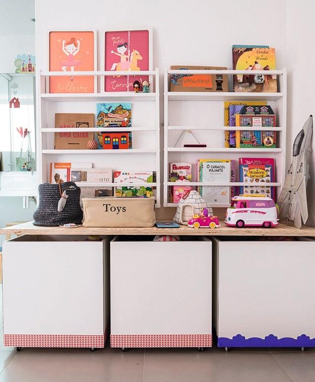 Multiúso. Os caixotes com rodízios existentes foram renovados com fitas adesivadas na base. Quadros e livros em revisteiros da Memória Afetiva (Foto: Sambacine / NaToca Design)