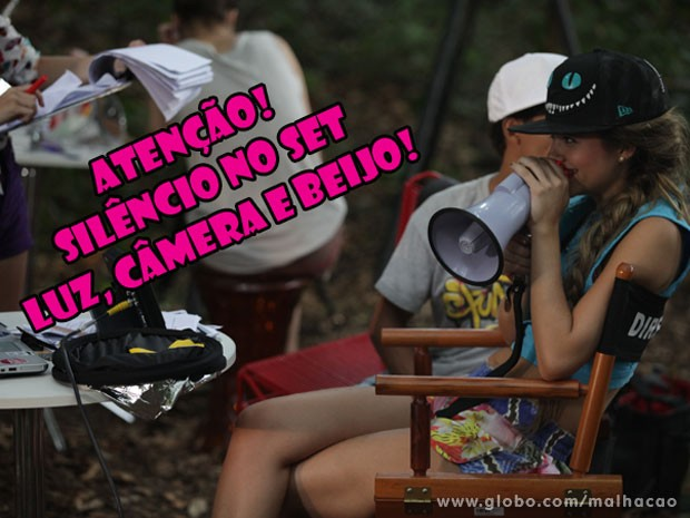 Aí a gata resolve assumir o lugar do Orelha e vira diretora do filme (Foto: Malhação / Tv Globo)