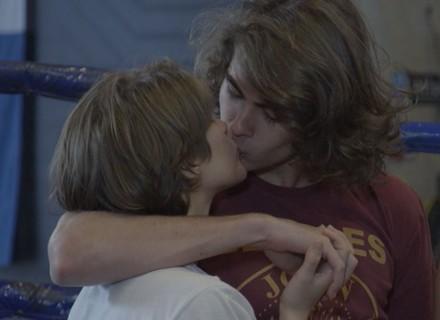 Pedro passa no vestibular e comemora com Karina