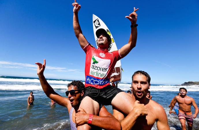 Ian Gouveia comemora vitória em Açores, Portugal (Foto: WSL / Laurent Masurel )