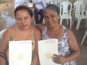 Glória Damasceno e Márcia Damasceno aguardavam titulação do terrenos há 2 anos (Foto: Cassio Albuquerque/G1)