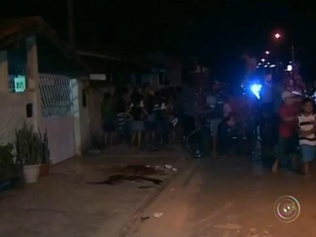 Vítima foi ferida em frente à casa onde mora. Calçada ficou marcada pelo sangue (Foto: Reprodução / TV TEM)