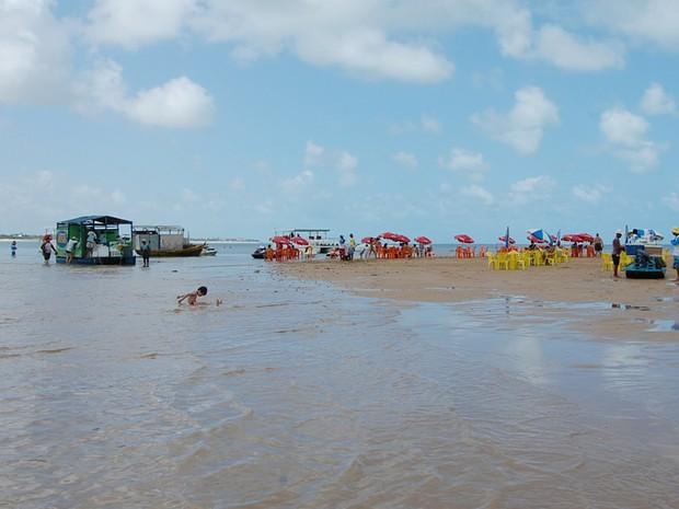 Mar é tranquilo na ilha e crianças podem brincar sem dar preocupação aos pais (Foto: Krystine Carneiro/G1)