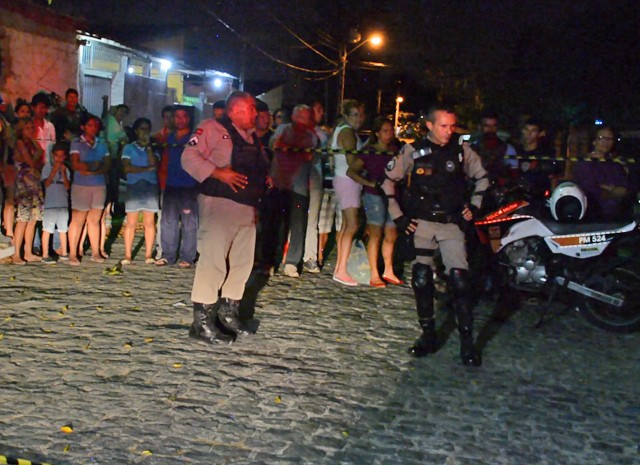 Professora foi assassinada na avenida Juarez Távora; suspeito foi perseguido por moradores antes de ser preso (Foto: Walter Paparazzo/G1)