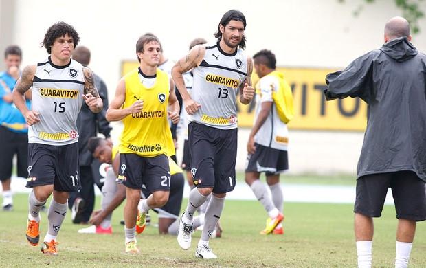 Loco Abreu no treino do Botafogo (Foto: Marcos Trisão / Ag. O Globo)