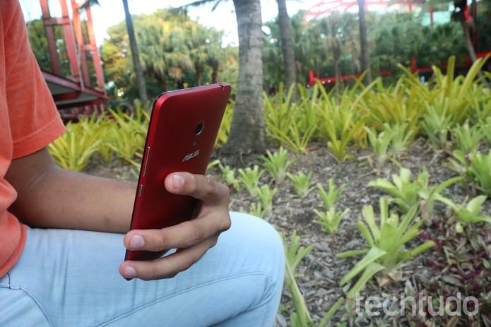 Por causa do tamanho, é bem difícil manusear o Zenfone 6 (Foto: Lucas Mendes/TechTudo)