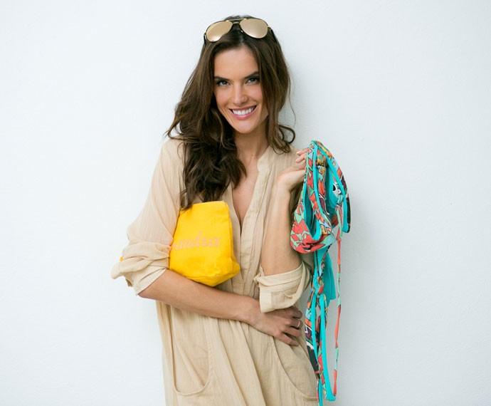 Alessandra Ambrosio abre a mala para o Gshow e mostra o que não pode faltar de jeito nenhum (Foto: Isabella Pinheiro/Gshow)