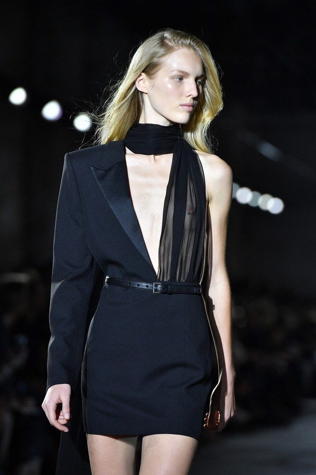 b1036c64a Grife Saint Laurent aposta em decotes exagerados e transparência no desfile  do Paris Fashion Week (