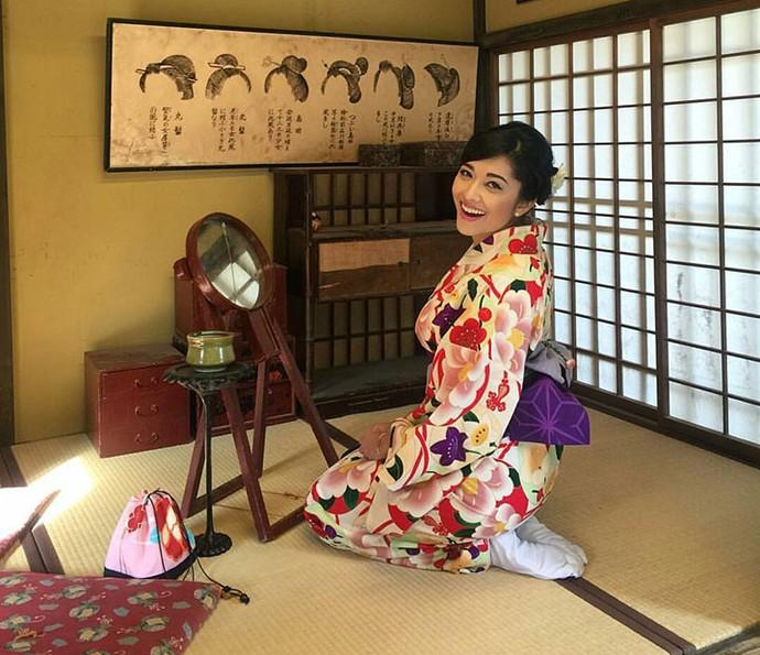 Jacqueline Sato se vestiu de japonesa típica ao conhecer os costumes locais na sua viagem ao Japão (Foto: Arquivo pessoal)