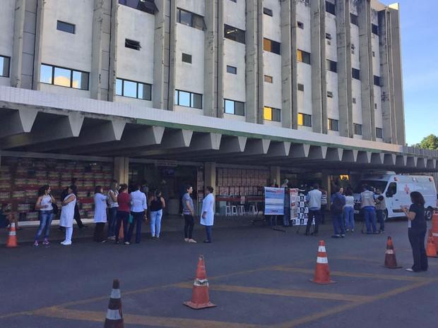 Servidores do Hospital de Base protestam contra sucateamento na saúde pública do DF (Foto: Alexandre Bastos/G1)
