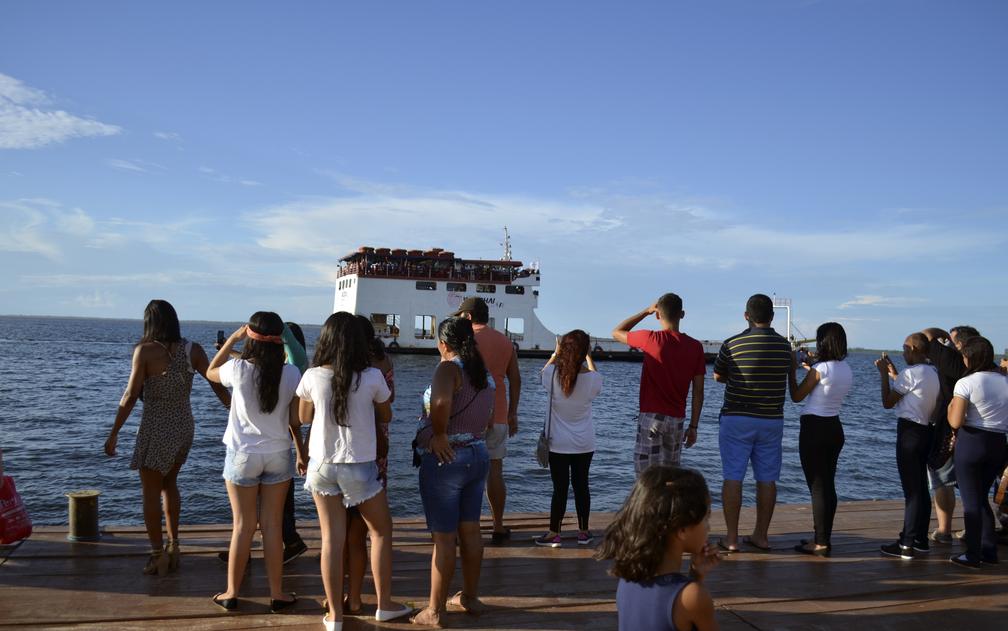 Do Terminal Fluvial Turístico muitas pessoas acompanharam a procissão (Foto: Geovane Brito/G1)