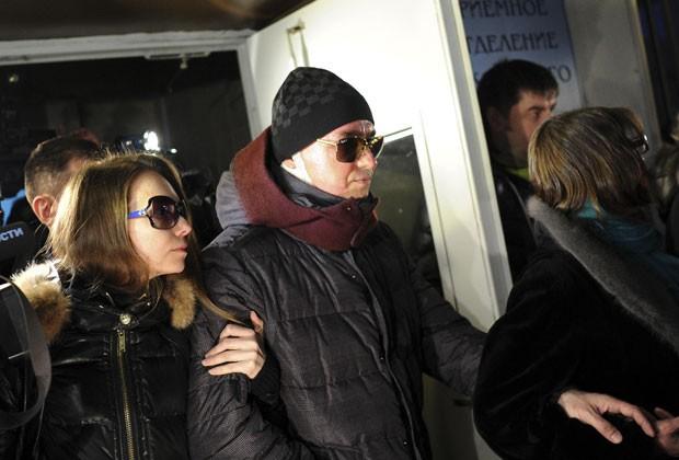 Sergei Filin deixa hospial na Rússia acompanhado da mulher, Maria, nesta segunda-feira (4) (Foto: Vselovod Kutznestov/Reuters)