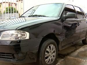 Carro foi levado pelos assaltantes, que o abandonaram no bairro Macaúba (Foto: Reprodução/TV Clube)