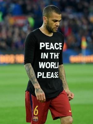 Daniel Alves camisa paz (Foto: AFP)