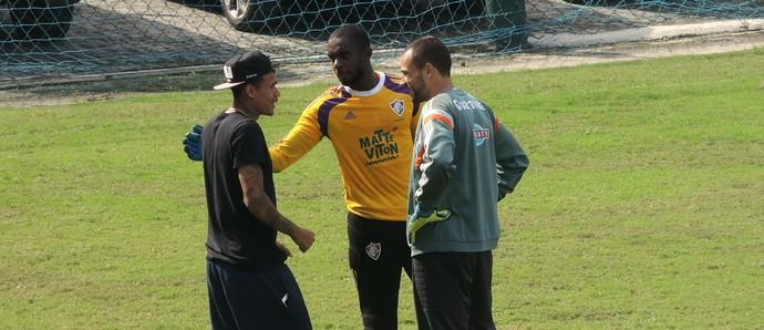 Na véspera do Fla-Flu, Kenedy foi às Laranjeiras e bateu papo com os companheiros (Foto: Sofia Miranda / GloboEsporte.com)